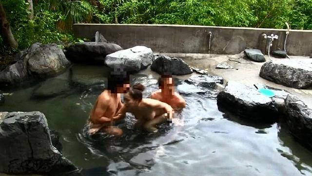 同窓会の旅館の露天風呂で同級生に犯される人妻たちのサンプル画像4