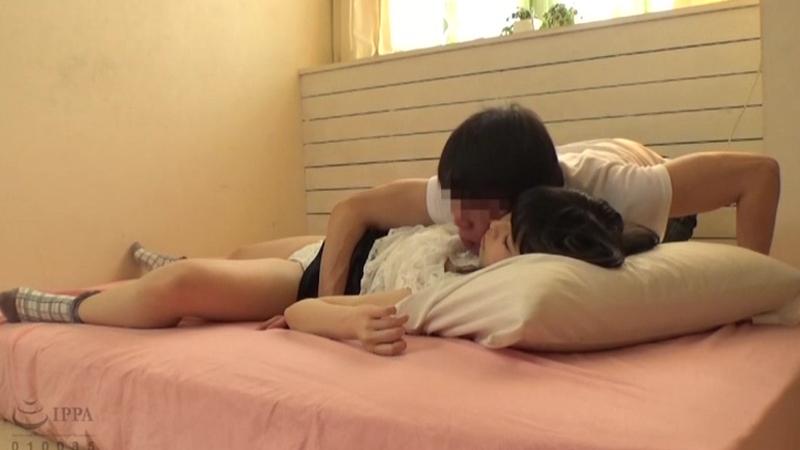 家庭教師による眠った教え子(18)にわいせつ行為をする投稿映像のサンプル画像2