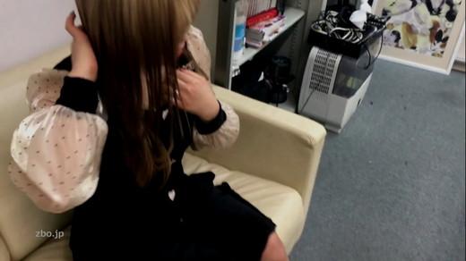 【胸チラ】金髪ギャル(乳首あり)のサンプル画像1