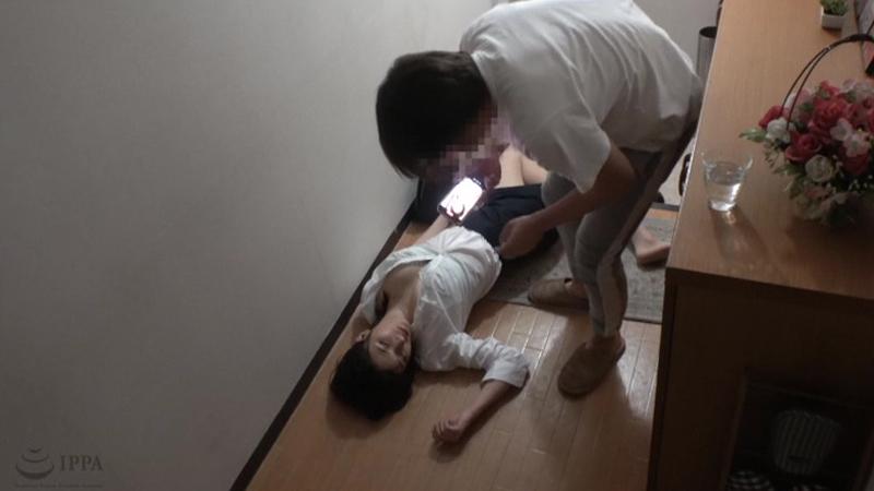睡眠薬で巨乳の姉を眠らせて妊娠するまで中出し射精を繰り返す弟の猥褻記録映像のサンプル画像1